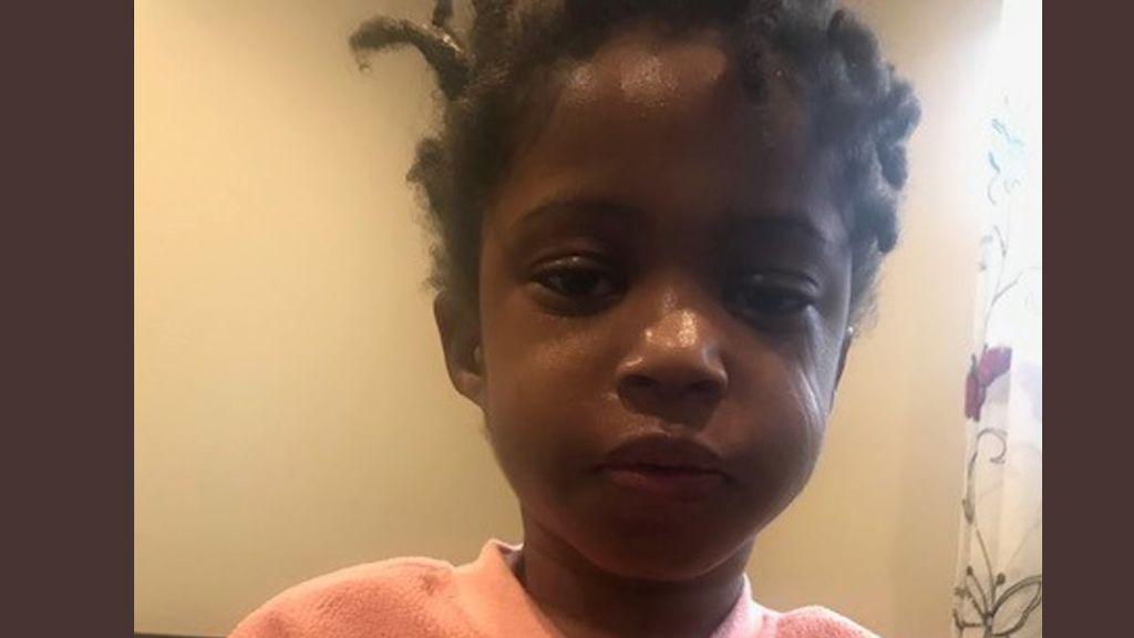 Rescatan a una niña de 4 años sola en la calle en mitad de la noche: tres días después, su familia sigue sin aparecer