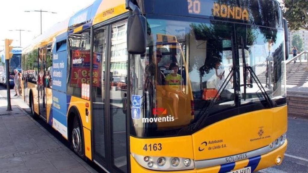 Un conductor de autobús pierde el conocimiento y una pasajera coge el volante para evitar un accidente en Lleida