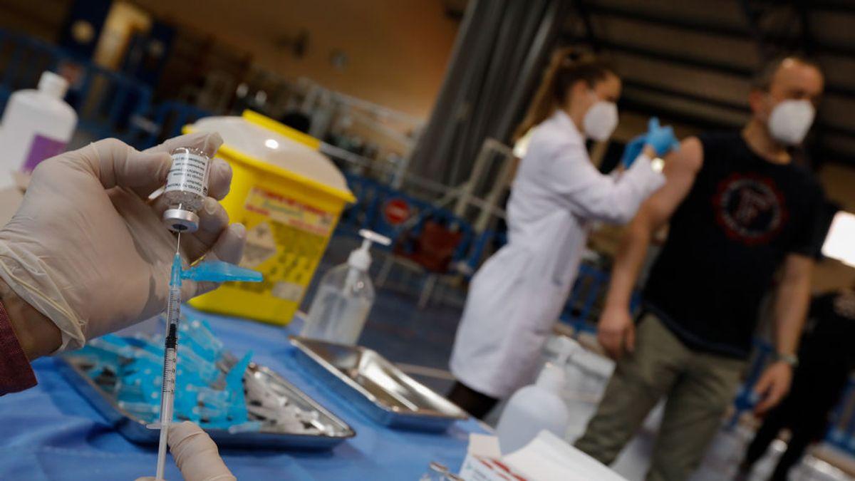 EuropaPress_3587712_trabajadora_sanitaria_sostiene_vial_vacuna_contra_covid-19_dispositivo