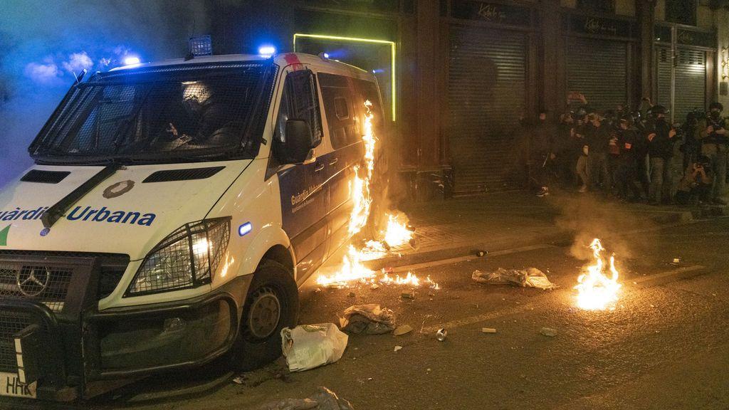 Los Mossos d'Esquadra detienen a ocho personas de un mismo grupo por quemar el furgón de la Guardia Urbana