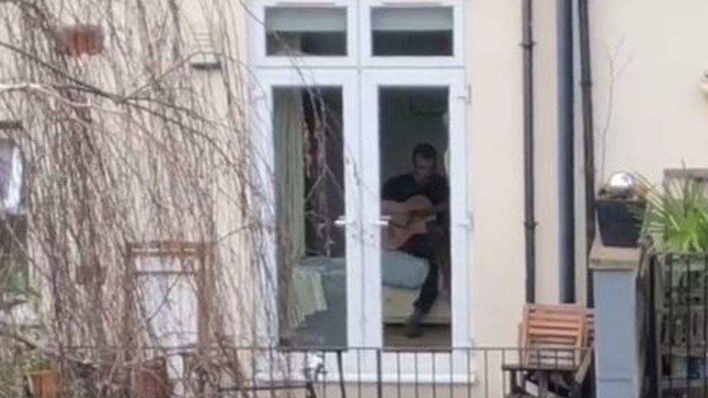 Una romántica cuelga carteles de amor en la ventana para enamorar a su vecino