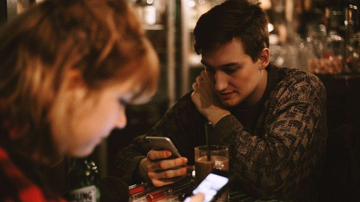 Todo el día con el móvil en la mano: cómo saber si tu hijo se ha vuelto un adicto a su smartphone