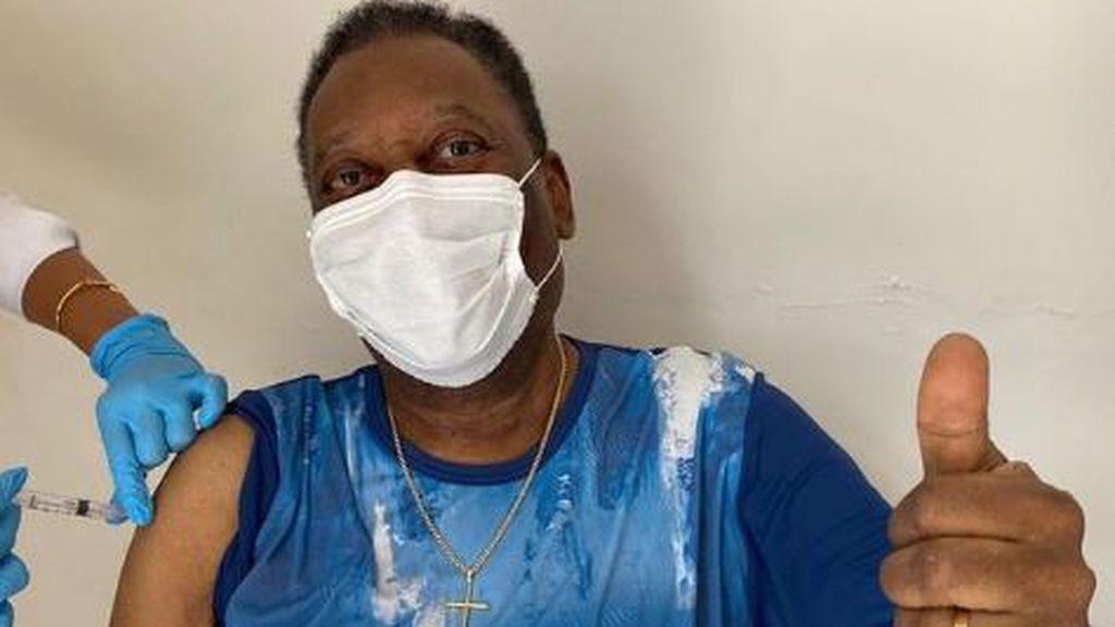 """Pelé da ejemplo a sus 80 años con la vacunación con el coronavirus: """"Hoy es un día inolvidable"""""""