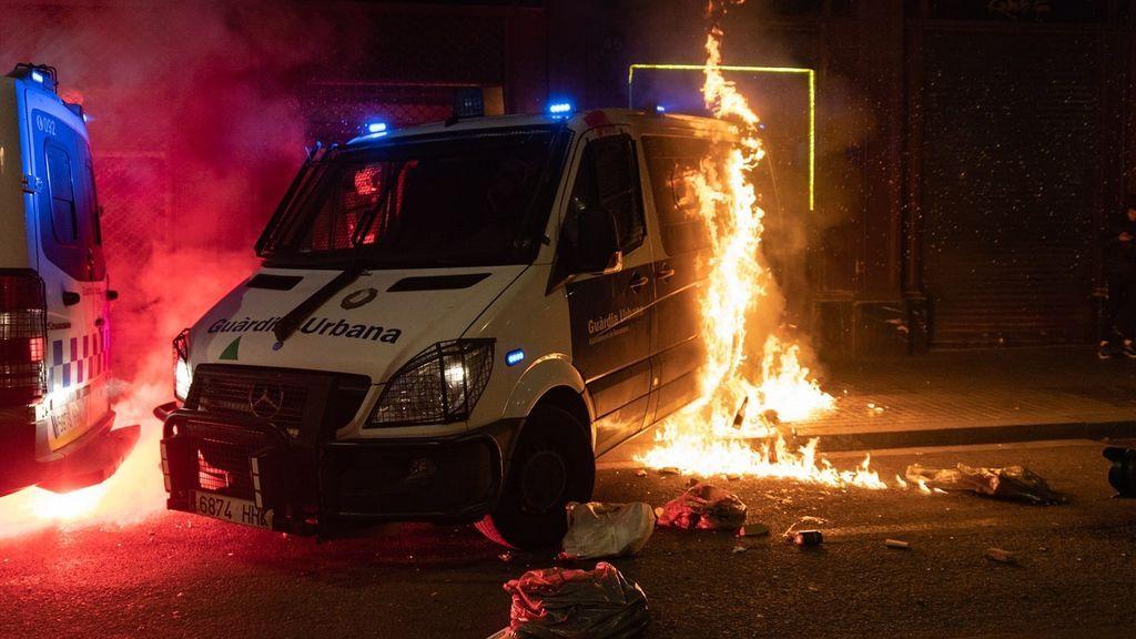 Cárcel para los ocho anarquistas acusados de quemar la furgoneta de la Guardia Urbana con un agente dentro