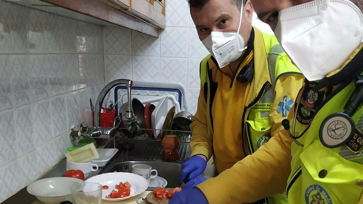 El Samur más humano: atienden a un anciano en la calle y acaban haciéndole la comida en casa