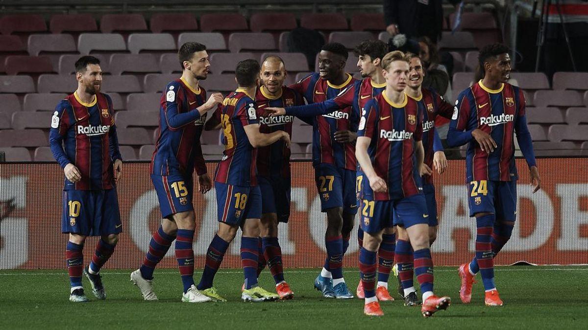 Los jugadores del Barcelona celebran el gol de Braithwaite.