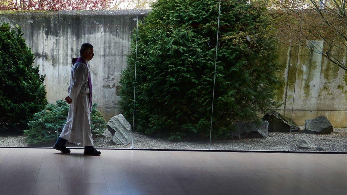 EuropaPress_2776731_sacerdote_camina_velar_personas_fallecidas_instalaciones_cementerio