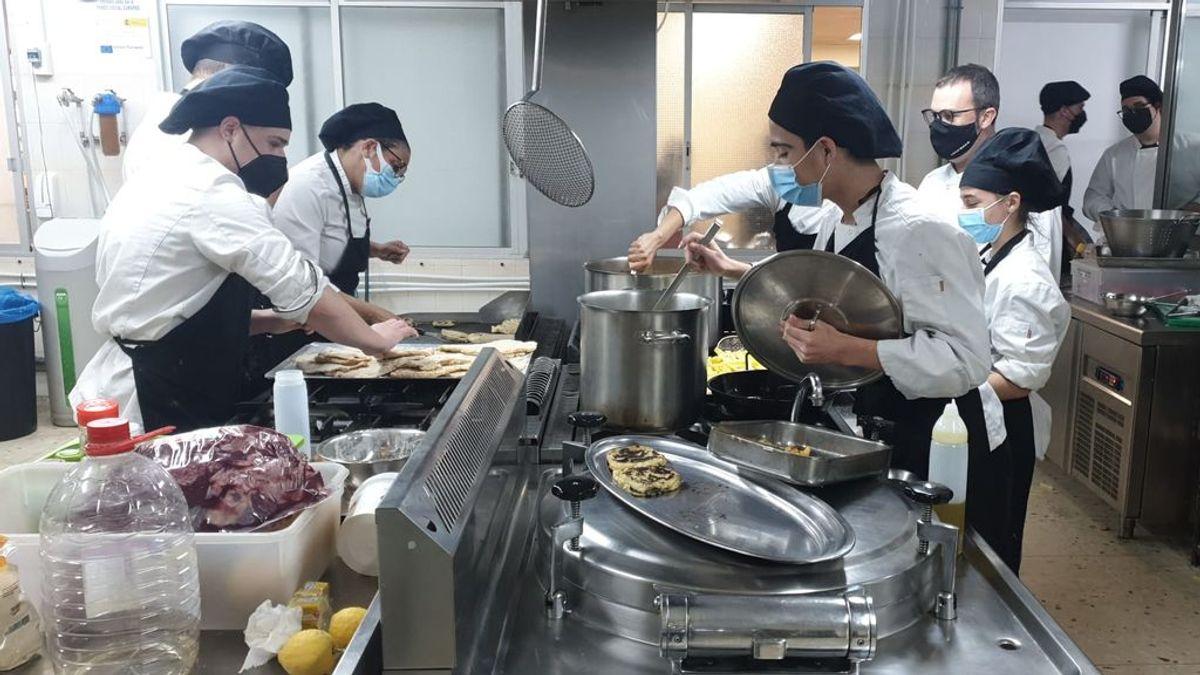 Alumnos de Formación Profesional cocinan a diario para las familias más necesitadas de Alicante