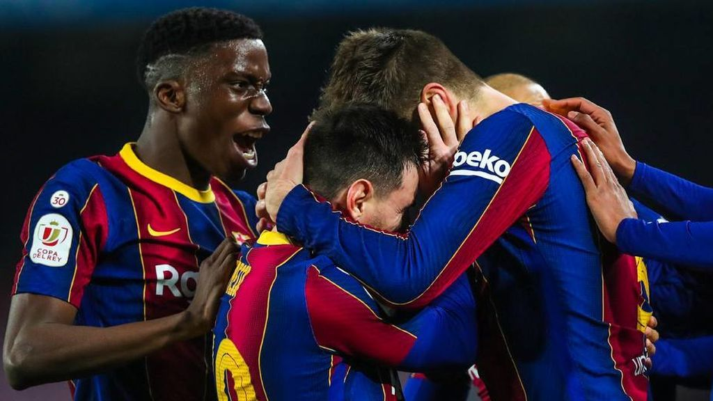 La remontada de un vestuario más unido que nunca: el abrazo entre Piqué y Messi