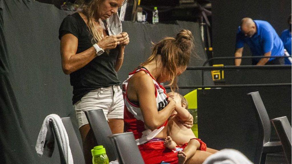 Argentina aplaude el gesto de la baloncestista Antonella González amamantando a su bebé en mitad del partido
