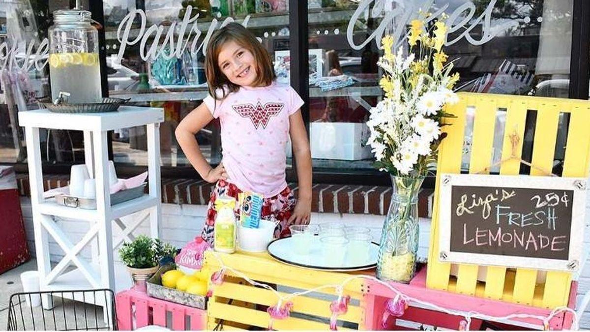 Liza Scott, la niña de siete años que vende limonada para ayudar a financiar su operación en el cerebro