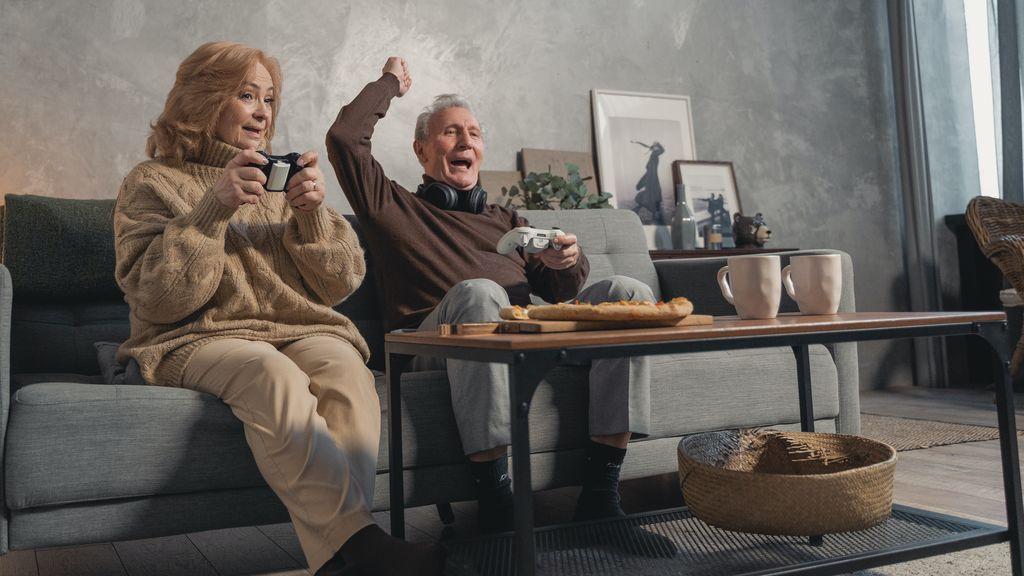 Mujer, jugando a videojuegos con su pareja