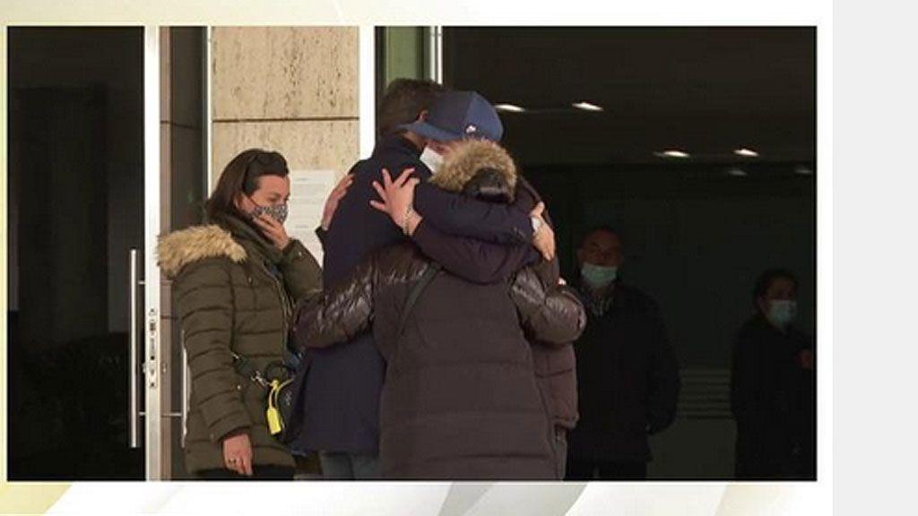 Los vecinos de Mataró reciben a la familia de Álex Casademunt con un gran aplauso en su llegada al tanatorio
