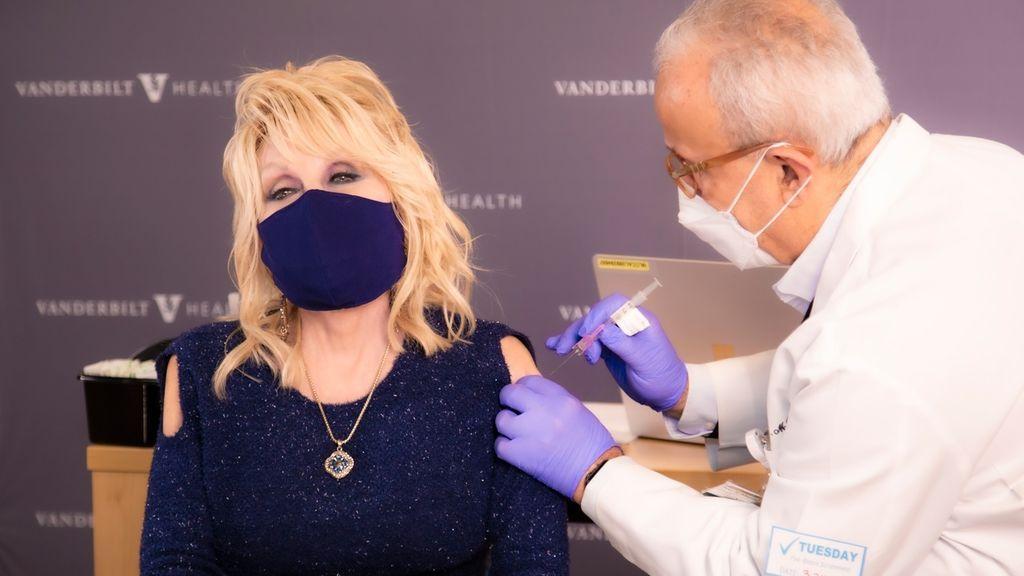 Dolly Parton o el otro modo de hacer las cosas: donó un millón para la investigación de la vacuna y esperó su turno