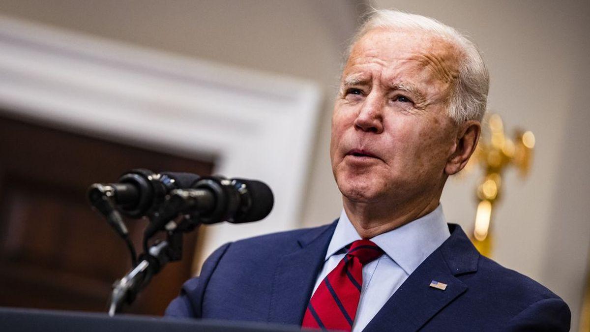"""Biden tacha de """"pensamiento neandertal"""" levantar la orden de llevar mascarilla"""