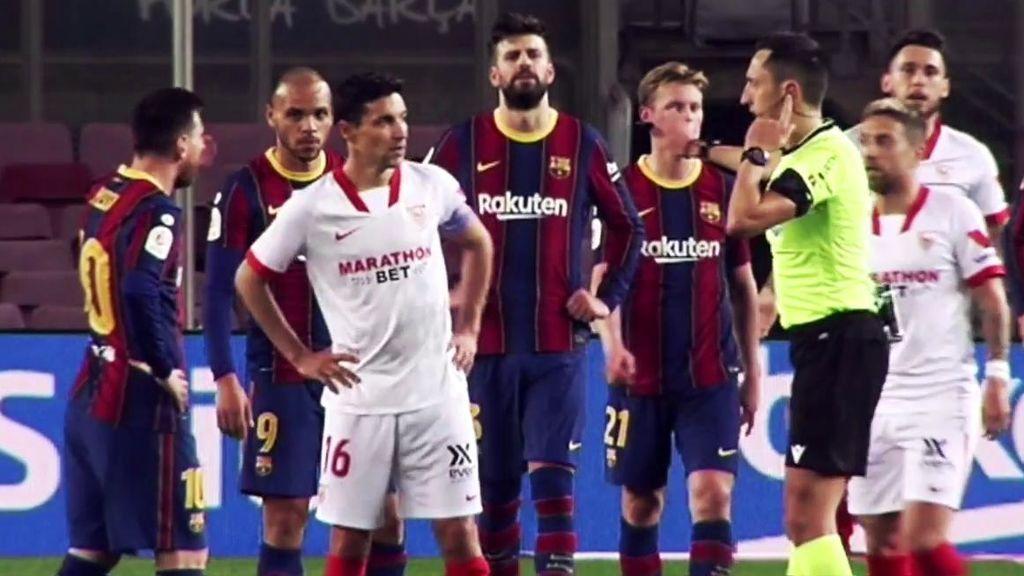 Los jugadores del Sevilla pidieron penalti por mano de Lenglet.