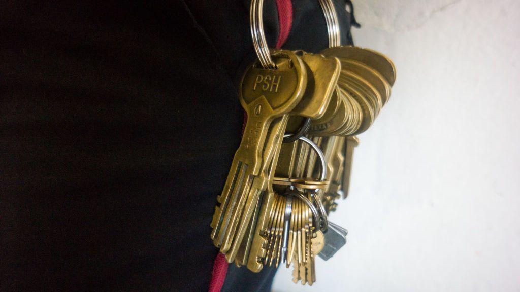 Cambian las 600 cerraduras de una prisión alemana porque un becario publicó una imagen de la llave maestra