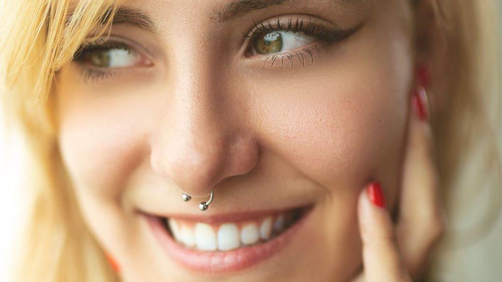 Una mujer sufre una inusual infección tras un piercing en la nariz: acaba con un trasplante de hígado