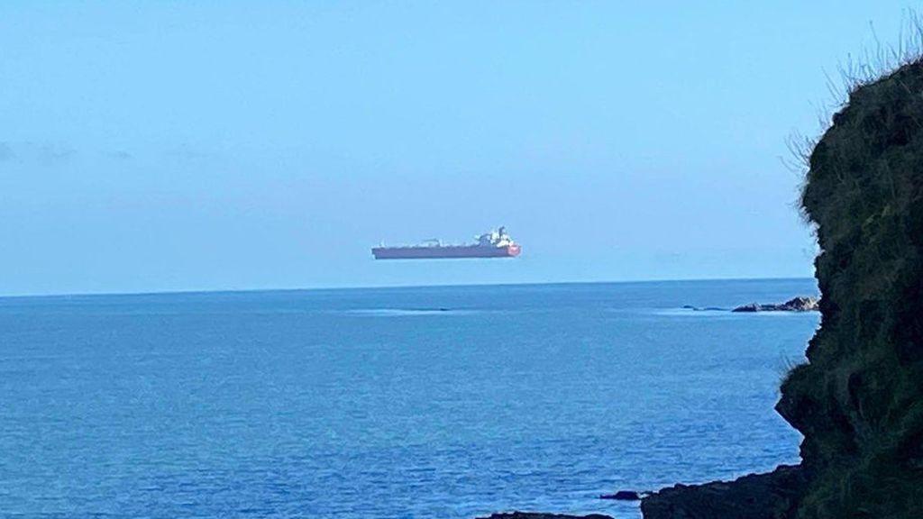 Un barco parece flotar en el cielo por una ilusión óptica