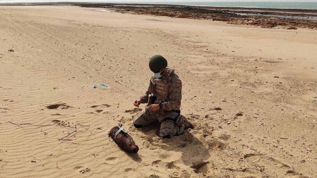 Militares de la  Armada desactivan un proyectil en una playa de Cádiz