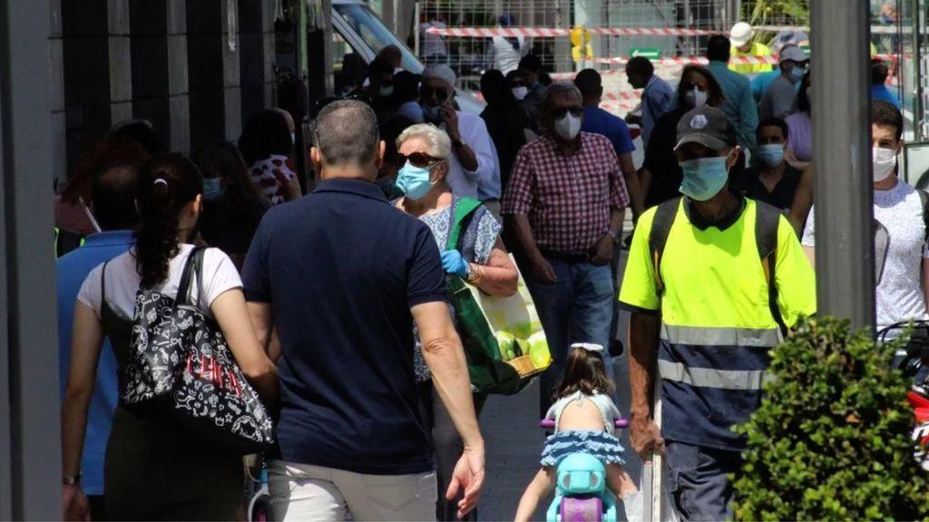 Peatones en una calle de Ceuta el pasado verano