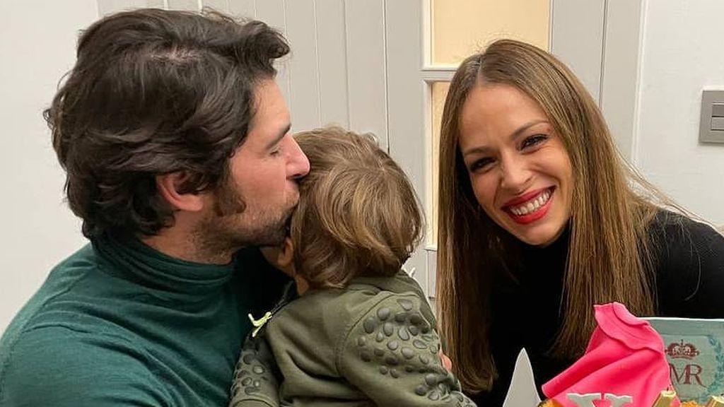 Eva González y Cayetano Rivera celebran el tercer cumpleaños de su hijo: fiesta inspirada en los Pitufos y fuegos artificiales