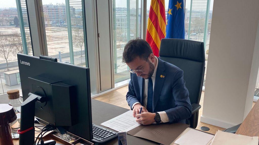 Aragonès firma el decreto de convocatoria de la constitución del Parlament mientras el Rey visita la Seat