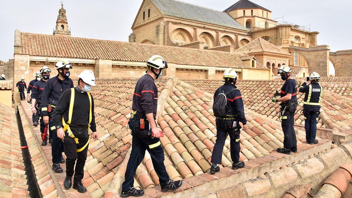 Los bomberos de Córdoba se suben a la cubierta de la Mezquita y revisan las medidas contra incendios
