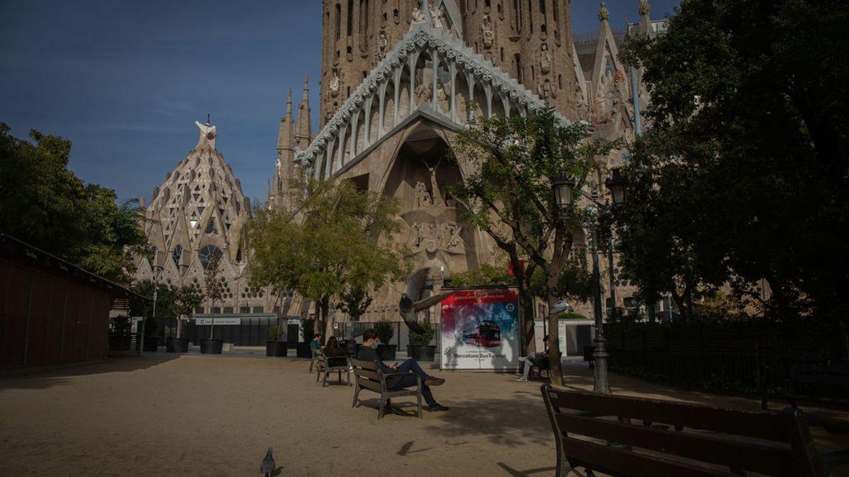 EuropaPress_3435753_hombre_sentado_banco_frente_sagrada_familia_barcelona_catalunya_espana_16 (1)