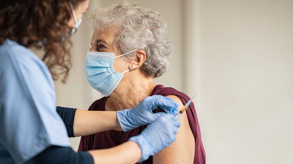 Italia recluta a los médicos residentes para acelerar su campaña de vacunas