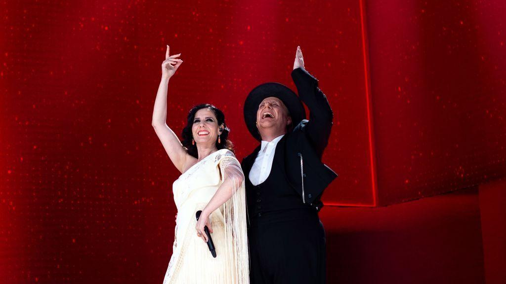 La cantante Diana Navarro y el humorista Carlos Latre actúan, homenajeando al cineasta Luis García-Berlanga, en la gala de la 35 edición de los Premios Goya