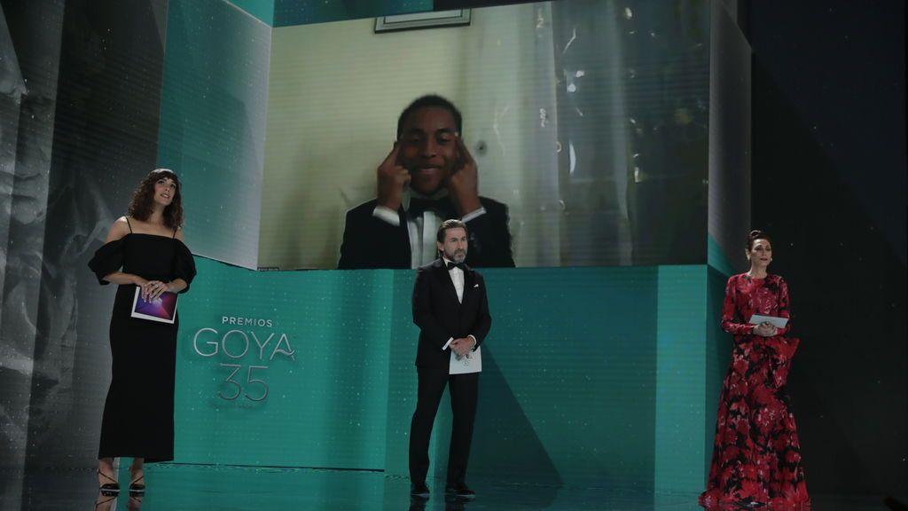 Adam Nourou recoge el premio como mejor actor revelación telemáticamente