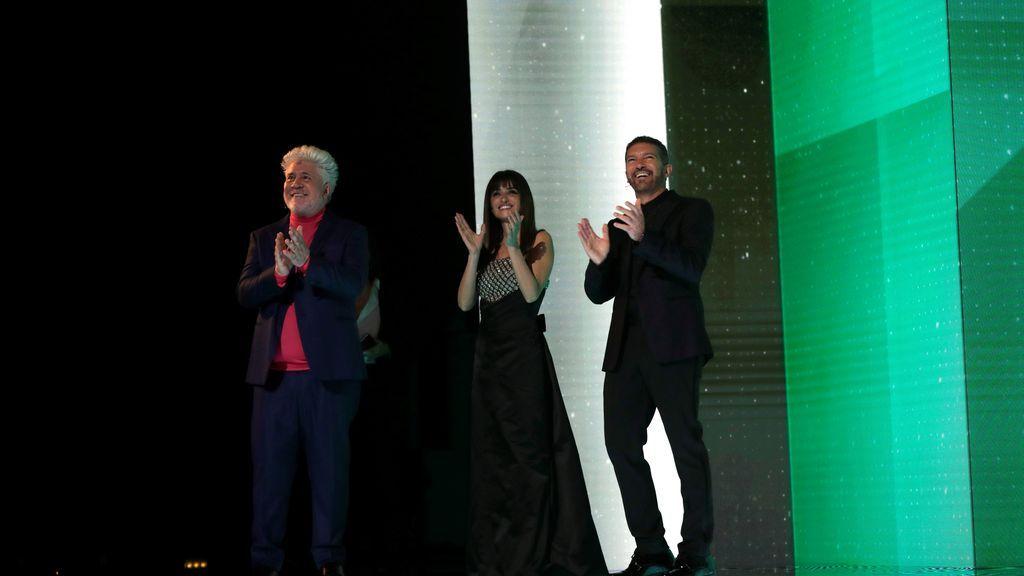 Pedro Almodóvar, Penélope Cruz y Antonio Banderas durante la gala de la 35 edición de los Premios Goya