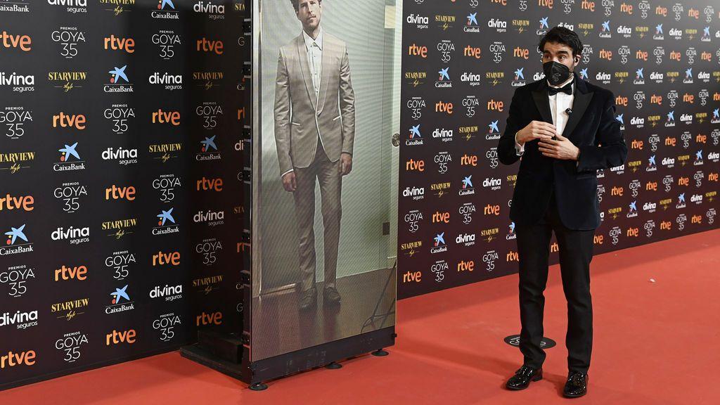 Álvaro Cervantes en la alfombra roja de los Premios Goya 2021