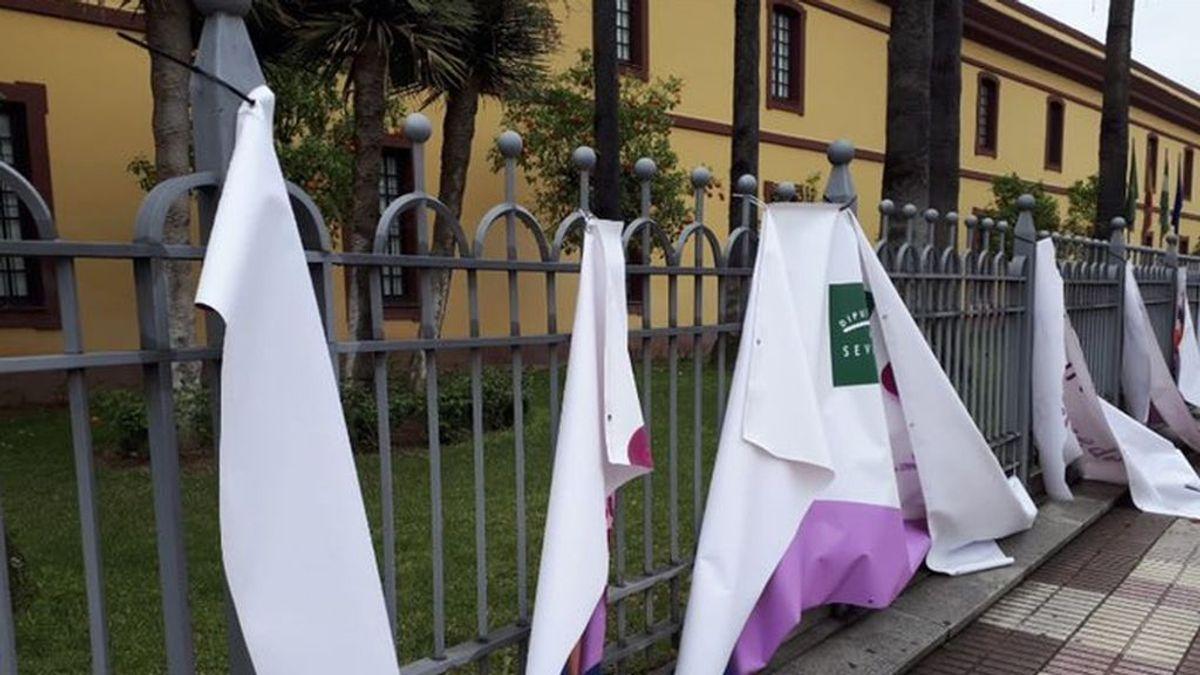 Destrozan una pancarta del 8M instalada en la sede de la Diputación de Sevilla