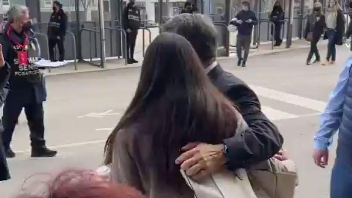 """""""Cuando tengas 18 me llamas"""", el 'piropo' de Laporta a una aficionada que le pidió una foto"""