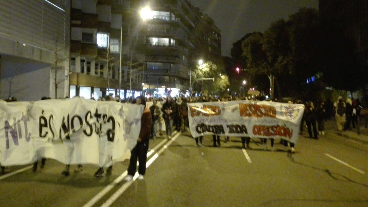 Cerca de 2.000 mujeres participan en una marcha nocturna por Barcelona en la víspera del 8M