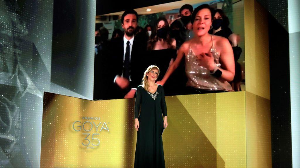 La productora francesa Valérie Delpierre recibe el Goya a la Mejor Película por 'Las Niñas'