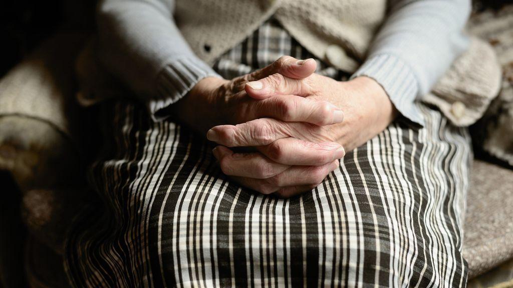 """Una mujer de 72 años demanda a su jefe por llamarla """"anciana"""" y este tiene que pagarla casi 20 000 euros"""