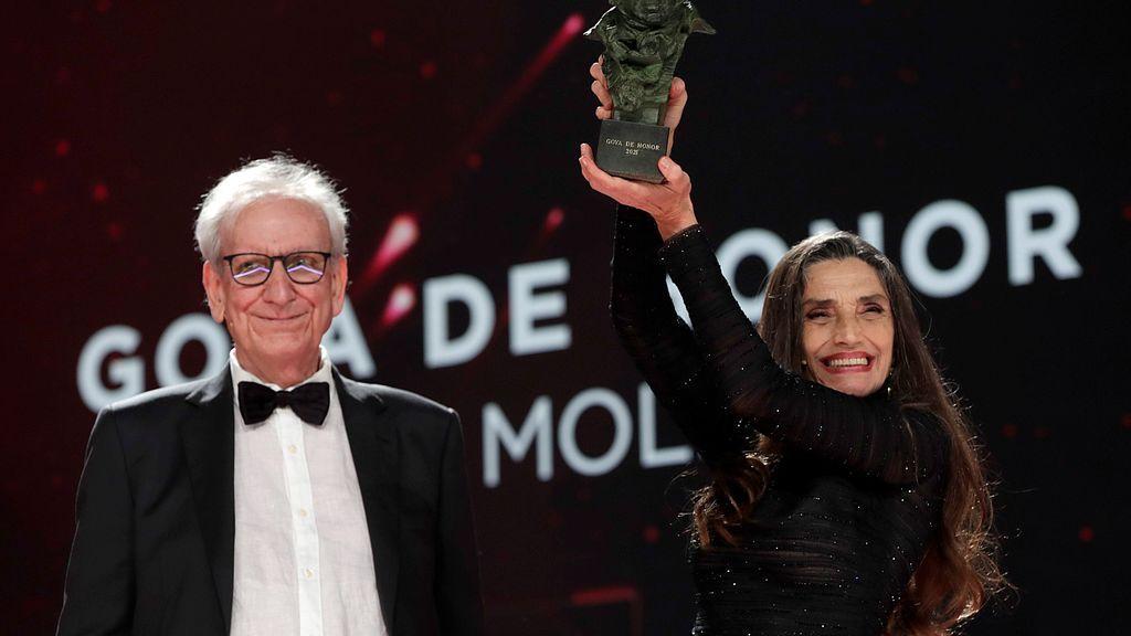 El director Jaime Chávarri entrega el Goya de Honor a la actriz Ángela Molina en la gala de la 35 edición de los Premios Goya