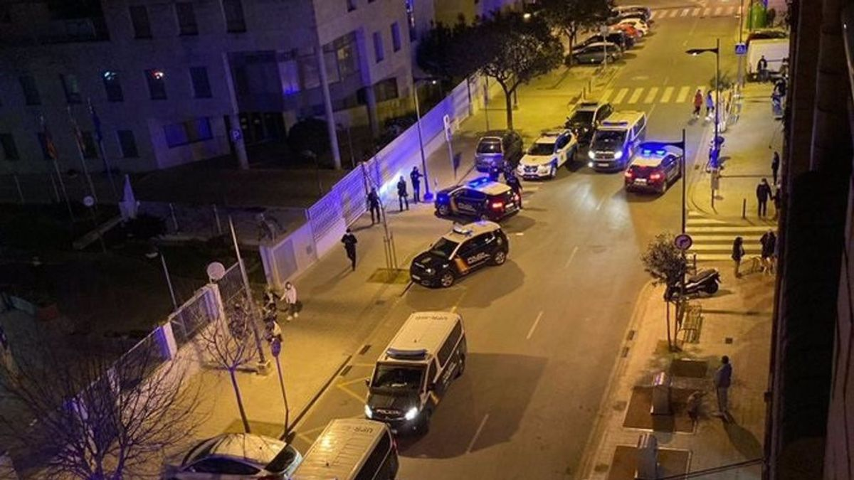 Un policía herido y dos detenidos por lanzar piedras y petardos contra la comisaría de Mislata en Valencia