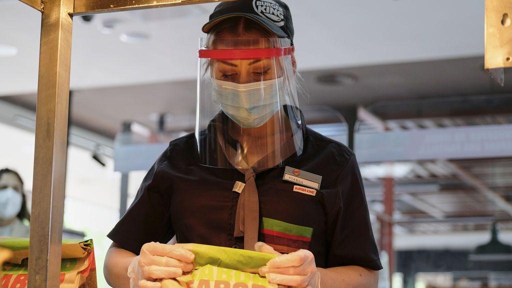 El tuit de Burger King que ha encendido el 8M: Las mujeres, en la cocina