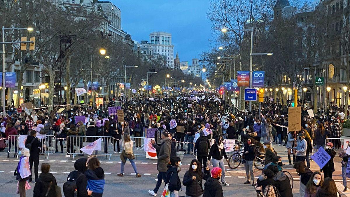 4.500 personas se concentran la tarde del 8M en Barcelona, 1.000 más de las previstas, con música y baile