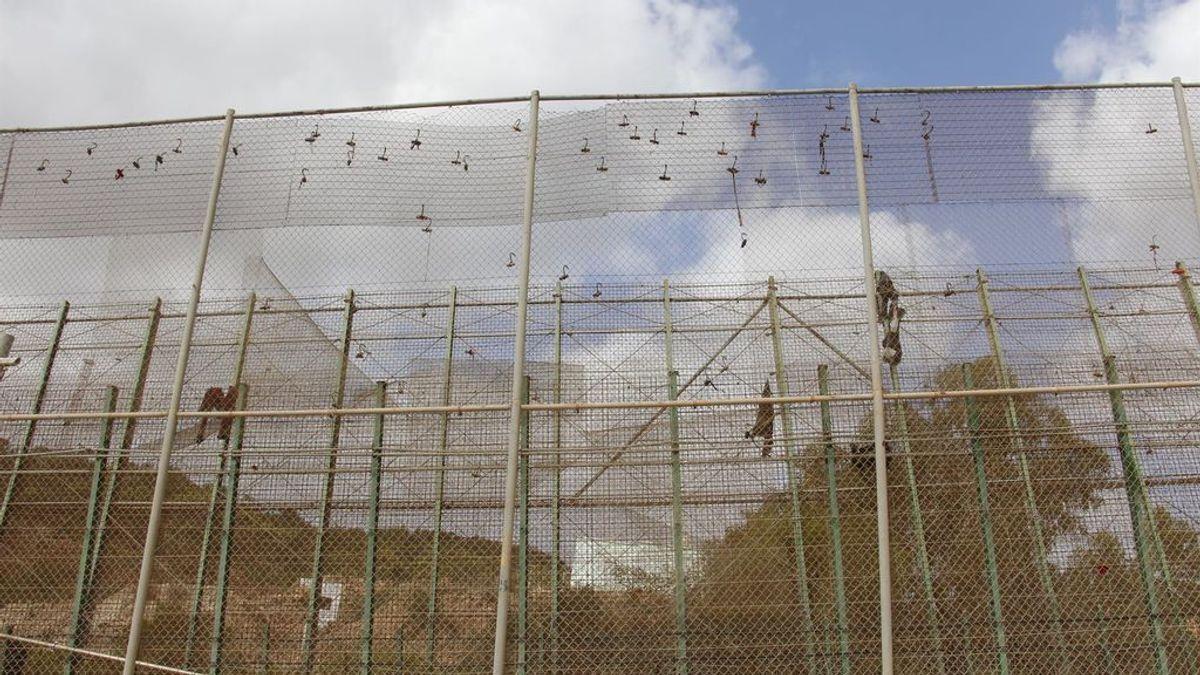 Unos 150 migrantes intentan saltar la valla Melilla y 59 lo logran con cinco heridos, tres guardias civiles