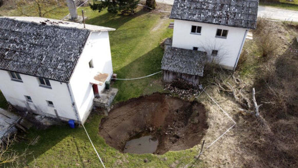 AP-sinkholes-form-after-croatia-earthquakes-21063726844071-580x387