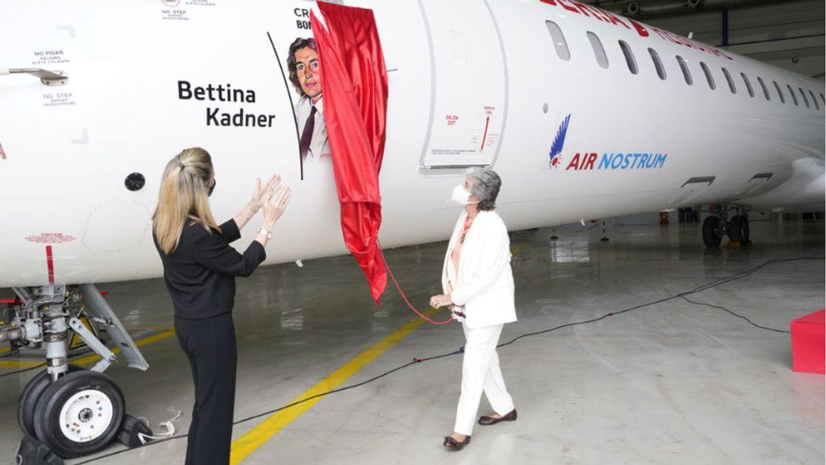 Bettina Kadner, la primera mujer en pilotar un avión comercial en España que soportó todo tipo de burlas
