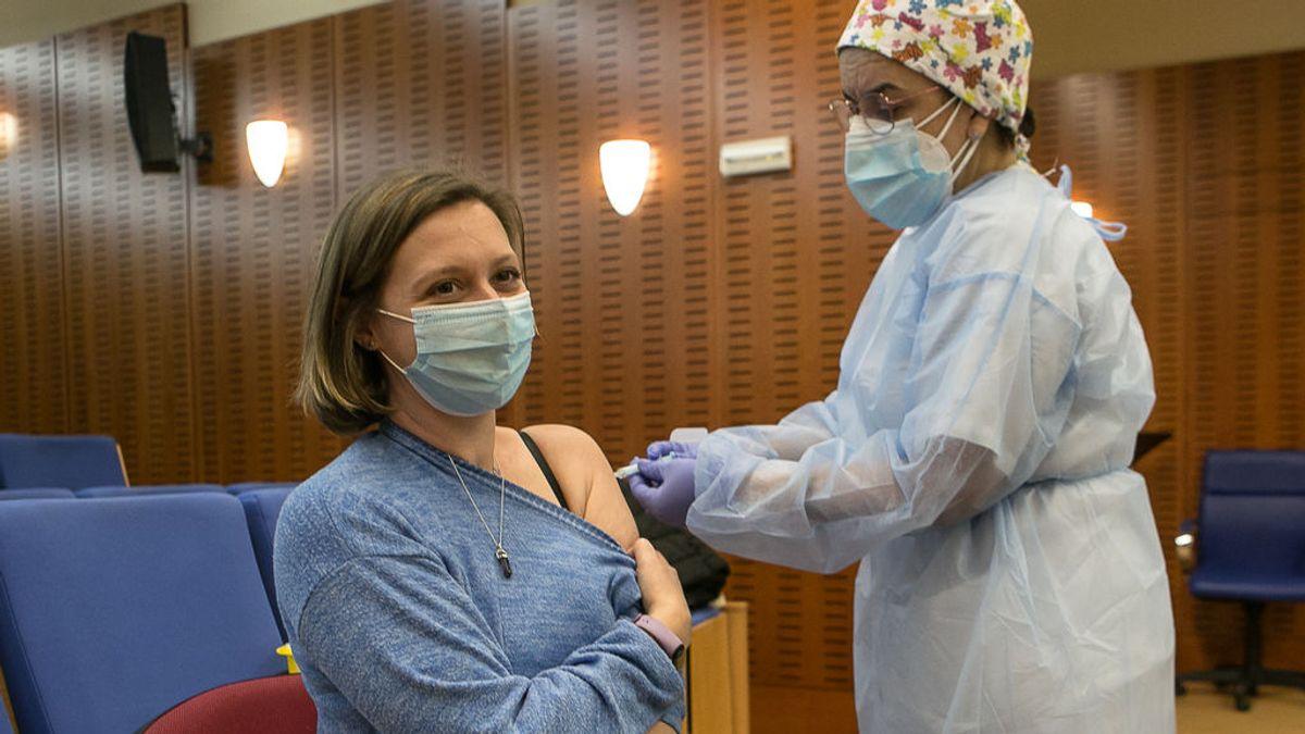 EuropaPress_3586869_profesional_sanitaria_administra_primera_dosis_vacuna_astrazeneca_contra