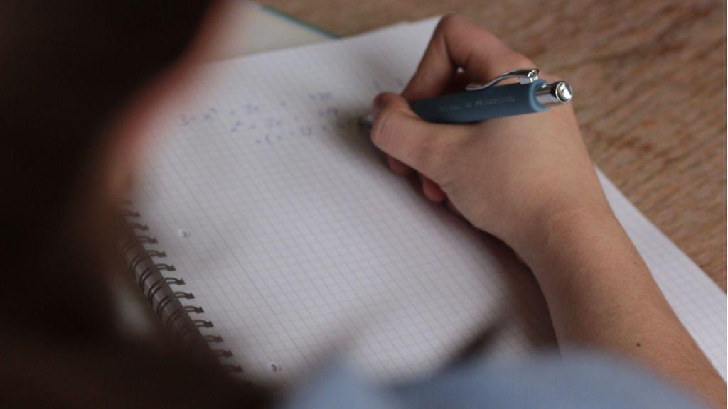 'Resetear', 'desfibrilar' o 'prepago': las palabras 'trampa' del examen de ortografía para Policía Nacional