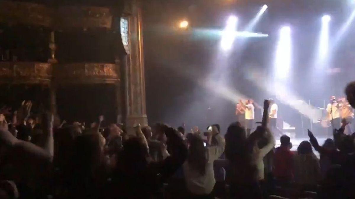 """Sin distancias y """"bailando eufóricos"""": denuncian un polémico concierto en Bilbao"""