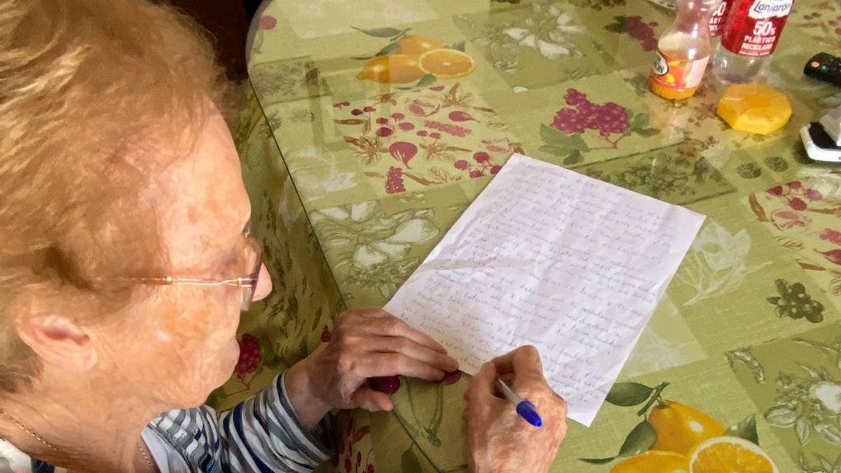 Los abuelos de un pueblo de Granada que no se ven por la pandemia se mandan cartas a través de sus auxiliares de ayuda a domicilio